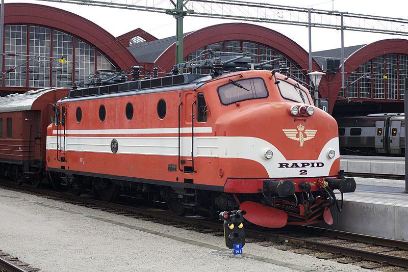 Ra 847 stående på Malmö C. Tillhör Bergslagens Järnvägssällskap. Retrosnygg, men tågtrafiken var inte bättre förr. CC / Wikimedia Commons upphovsman kaktuslampan from Lund, Sweden.