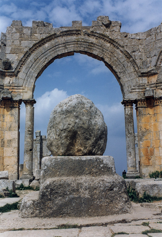 När Syrien väl får fred kan landet luta sig mot några av de mest imponerande och (än så länge, i alla fall) välbevarade kulturminnena i vår del av världen.  I ruinerna efter Sankt Simeons basilika, strax utanför Aleppo, är pelarhelgonets sittplats från 400-talet ännu bevarad. Foto: Bo-deh // Wikimedia Commons