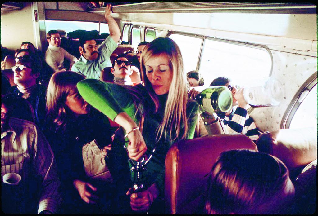 /0-talsfeeling från Aspen, Colorado. Skidåkare på busstur till Aspen, ett företag som på grund av halt väglag och snöstormar är mer en förhoppning än ett löfte. Foto: Ron Hoffman / Wikimedia Common