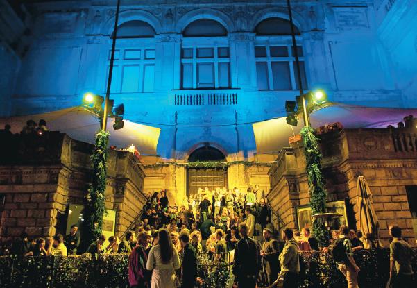 När folk börjar dansa till musiken på trottoaren utanför Fredsgatan 12 kan det bli polissak. Foto: Pontus Johnsson
