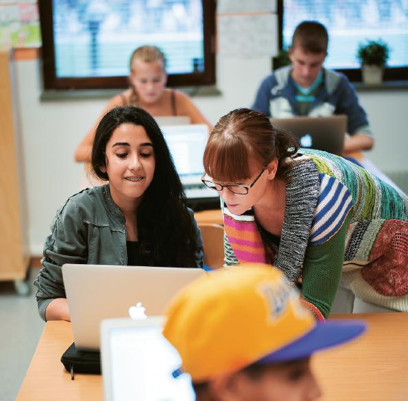 Marie Hanselius hjälper Shilan Pasho i 7a under en NO-lektion. Foto: Anders Hansson