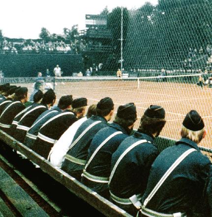 Poliser följer Davis cupmatchen i tennis mellan Sverige och Rhodesia 1968. Foto: SVT Bild / Scanpix