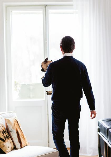 Hasse Aro med hunden Edith, som fått sitt namn efter en annan liten fransyska med stor personlighet. Foto: Erik Cronberg