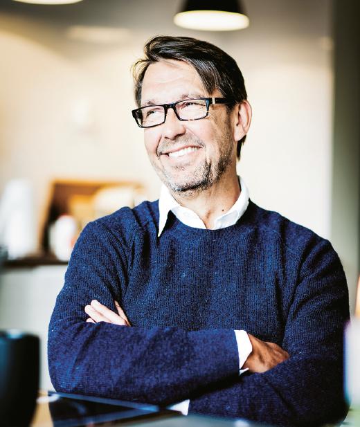 – Nej knappast, svarar Hasse Aro på frågan om han känner sig som en typisk journalist på Södermalm. Men en del värderingar har han kvar sedan 1970-talet. Foto: Erik Cronberg