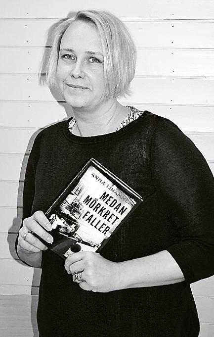 – Det finns många väldigt oroande paralleller, men jag har ingen ödestro på att historien upprepas av sig själv. Vi väljer och styr framtiden, säger historikern Anna Lihammer, som skrivit romanen Medan mörkret faller om 1930-talets Sverige.