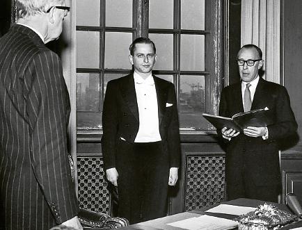 Olof Palme är uppklädd och ser högtidlig ut. Det är inte varje dag man blir medlem av Sveriges regering. Först måste han dock avlägga statsrådsförsäkran inför kung Gustaf VI Adolf. Foto: TT