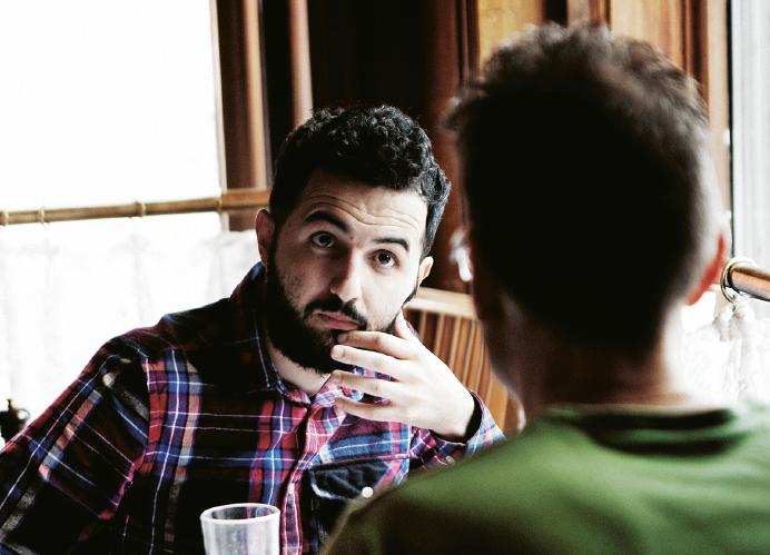 Soran Ismail blir aldrig irriterad, som det verkar. Inte ens över kritiska frågor. Eller svåra. Däremot kan man tro det när han bara sitter tyst. Länge. Sedan svarar han. Länge. Foto: Carla Orrego Veliz
