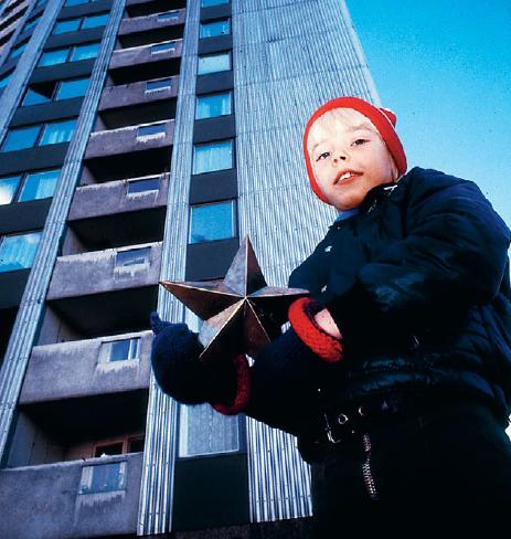 Snucke bodde tillsammans med sin ensamstående mamma i ett höghus. I varje avsnitt fick tittarna möta olika karaktärer och levnadsöden bakom de dystra dörrarna i det grå huset. Foto: Bo-Aje Mellin Bam / SVT Bild / TT Nyhetsbyrån