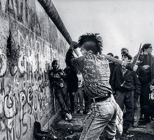 Berlinmuren faller ater pa arsdagen 3