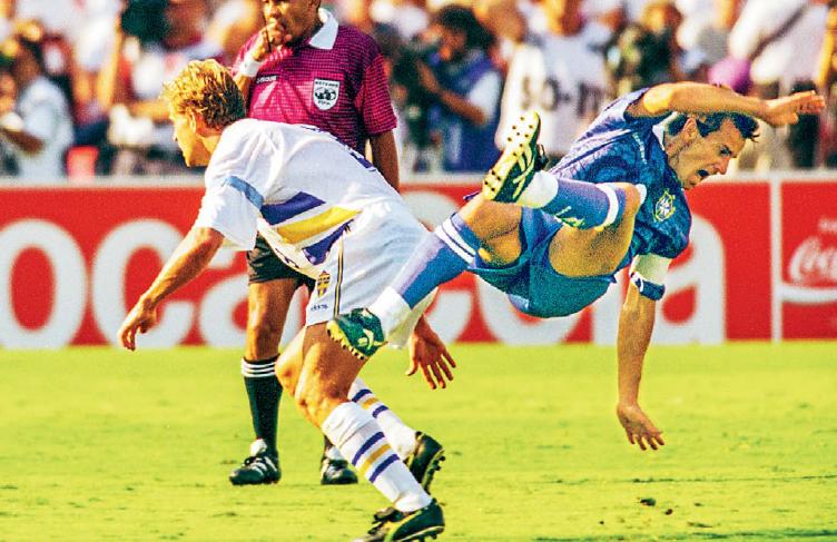 Rose Bowl, Pasadena, den 13 juli 1994. Den svenska mittfältsmonarken Jonas Thern trycker till Brasiliens Dunga. Sekunderna senare tar domaren upp det röda kortet. Foto: Jack Mikrut / TT Nyhetsbyrån