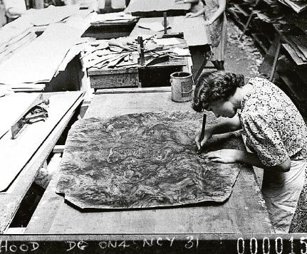 Kvinna tar ut mönster för designmöbler, 1940. Foto: Sam Hood / Wikimedia Commons