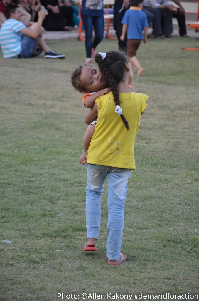 I Erbil: Flicka bär sitt syskon. (Foto: Allen Kakony)