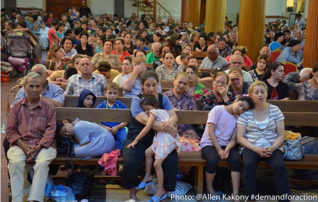 Flyktingar samlas i kyrka i Erbil. (Foto: Allen Kakony)