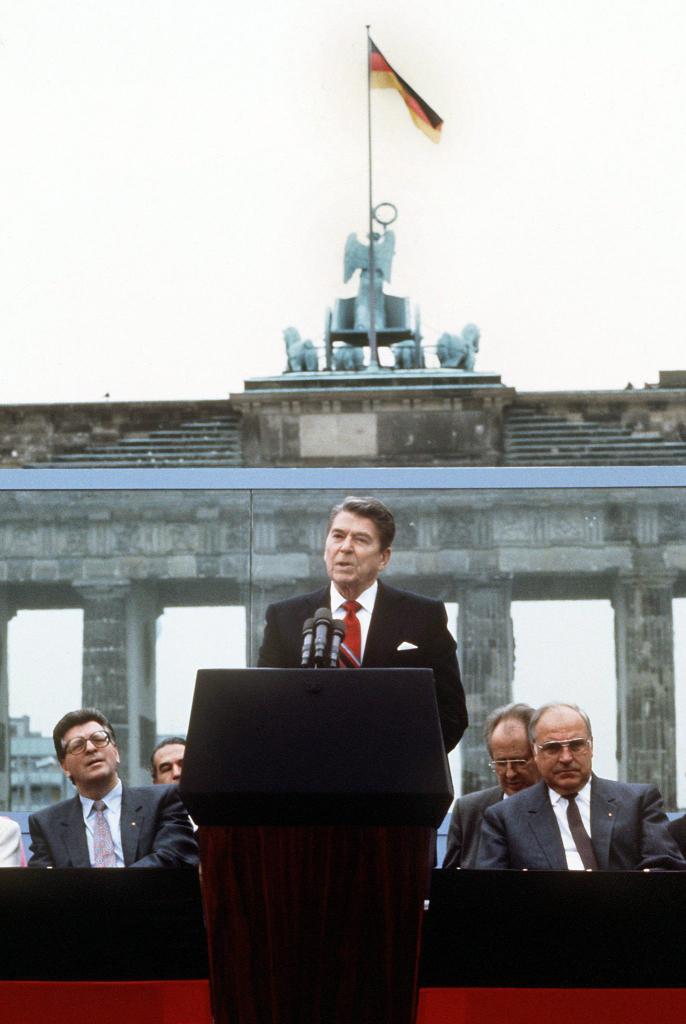 Ronald Reagan talar vid Berlinmuren den 12 juni 1987. EPA/Dieter Klar