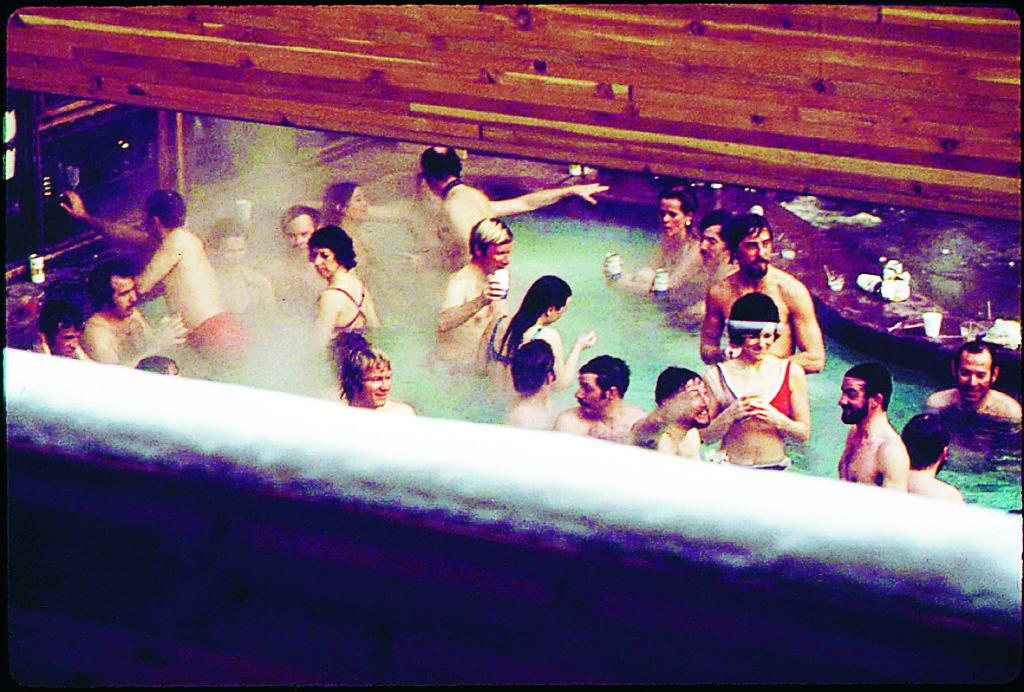 Mera 70-tal. Medlemmar i Washington DC:s skidklubb mjukar upp sina muskler i poolen på Continental Inn. Foto: Ron Hoffman / Wikimedia Commons