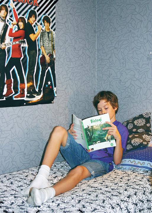 Isak Angerstig i sin vanliga studiemiljö. Han sitter ofta i sin säng när han ska läsa in saker. Foto: Mattias Svensson.