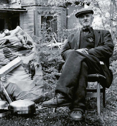 Erik Wahlstrand framför det större hus där han förvarade sina korgar. Foto: Dan Korn