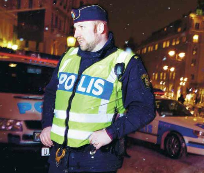 – Ibland kan man känna sig lite som en dagisfröken, säger Edward Docherty, chef för de mobila poliskontoren på Stureplan och Medborgarplatsen denna kväll. Foto: Freddie Sandström.