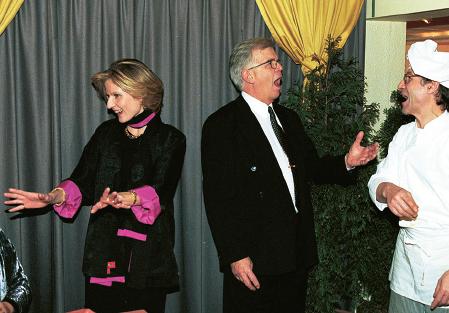 Alf Svensson och Anna Maria Corazza Bildt roar sig på den alternativa nobelfesten på Trattoria Romana 1998. Foto: Stefan Hyttfors / Expressen / TT