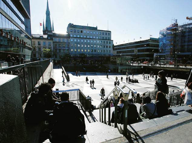 Fem dagar i veckan delar volontärerna från Klara kyrka ut kaffe och smörgåsar på Sergels torg. Till vänster ser man tornet på Klara kyrka. Foto: Bertil Ericson / TT
