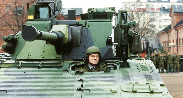 Anders Björck blev försvarsminister lagom till kalla krigets slut. Men han hann i alla fall åka lite stridsvagn. Foto: Anders Wiklund / TT