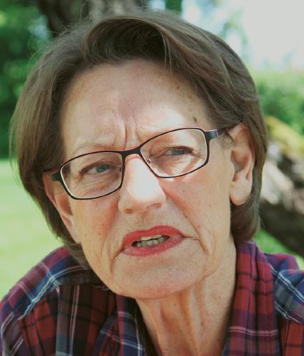 När Gudrun Schyman inte gillar en fråga, som den om talibantalet, lutar hon sig demonstrativt bakåt och spärrar upp ögonen, markerar sitt missnöje, drar ut på orden och gör tydligt att frågan är synnerligen korkad.  Foto: Anette Åberg