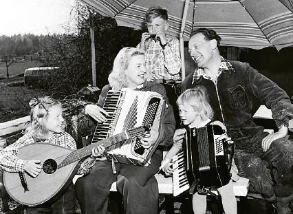 Hela familjen Brandelius hemma på solterassen.  Foto: Jarl Ekenryd / TT