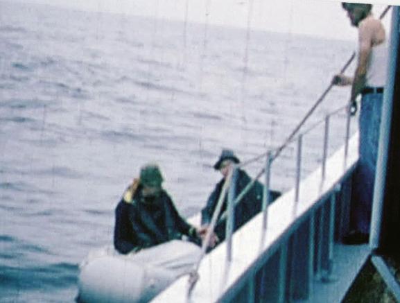 Bild från 1980. De två östtyska flyktingarna Horst-Michel och Bertram var på väg mot Bornholm när de plockades upp av besättningen på en dansk hemvärnsbåt.  Foto: Privat