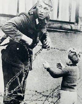 En okänd soldat hjälper en liten pojke som hamnat på fel sida.