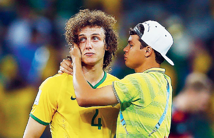 David Luiz i tårar efter att hans Brasilien förnedrats av Tyskland i VM-semifinalen i somras. Foto: Eddie Keogh / TT Nyhetsbyrån