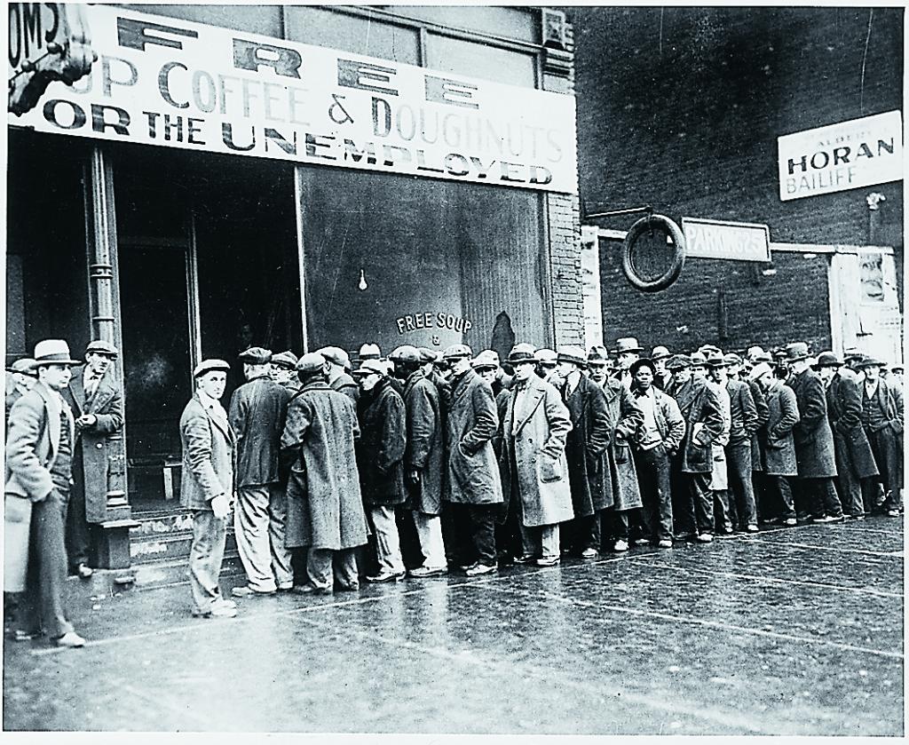 Arbetslösa män i kö till soppkök under 30-talsdepressionen i USA.