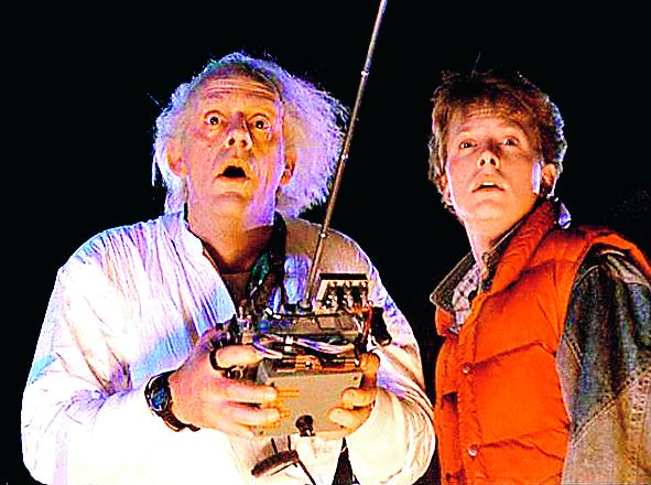 Michael J Fox  och Christopher Lloyd gjorde i klassiska Tillbaka till Framtiden II  från 1989 ett besök i vår tid. I filmens 2015 kunde såväl bilar som skateboardar flyga.
