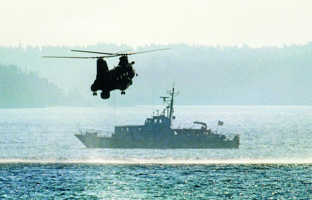 Hårsfjärden i Stockholms södra skärgård, hösten 1982. Marinens helikopter söker av vattnet med hydrofon på jakt efter en främmande ubåt som observerats av värnpliktiga. Några dagar senare utlöstes en mina vid Mälsten mot vad som tros ha varit en ubåt.  Foto: SVT Bild / TT Nyhetsbyrån