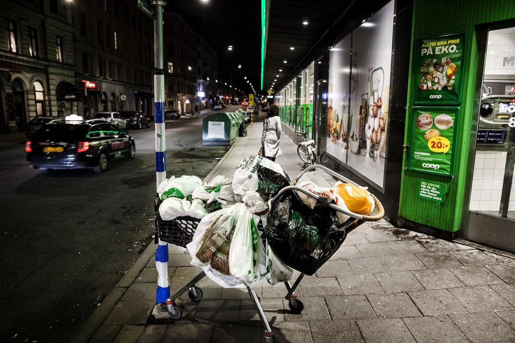 Hemlösa försäljare av Situation Stockholm vittnar om en allt hårdare gatumiljö där de attackerats, spottats på och körts bort av EU-migranter. Foto: Tim Meier