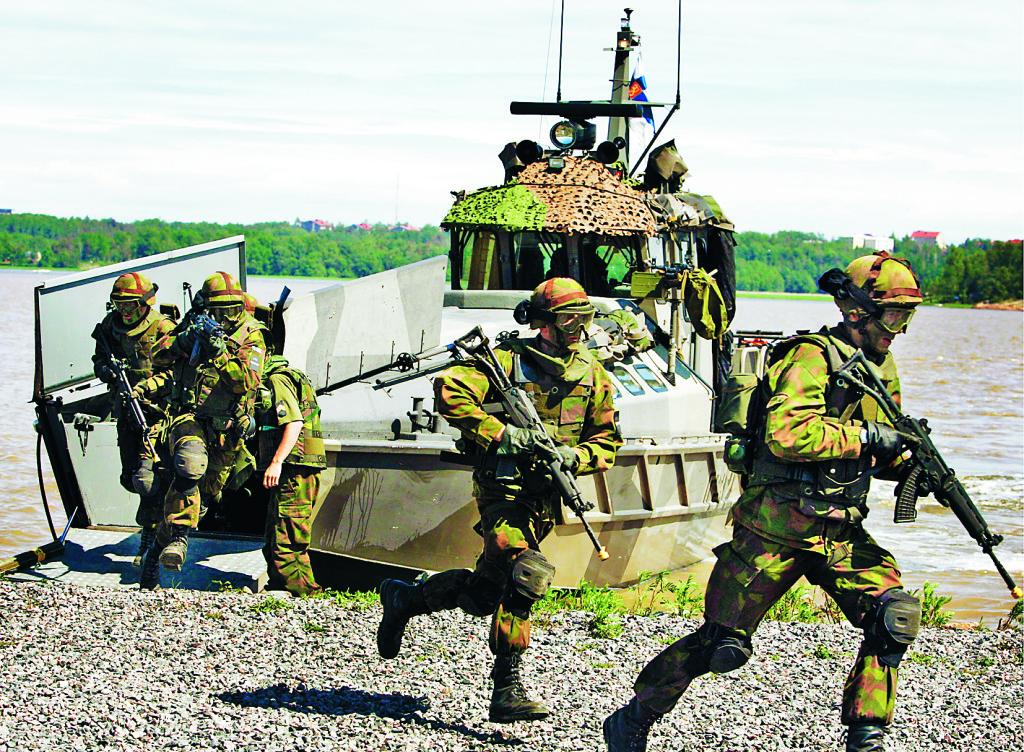 Svensk-finsk marinövning i Östersjön 2005. Modern försvarsstrategi bygger mer uttalat på samarbete med  andra länder. Foto: Jaakko Avikainen / Lehtikuva / TT