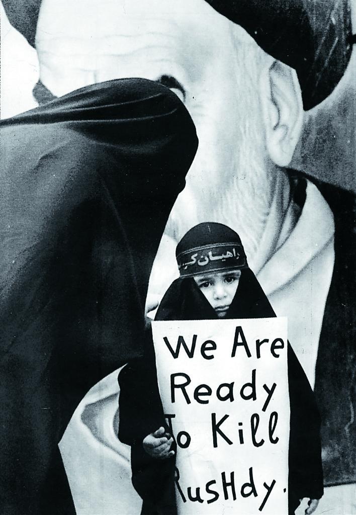 Dödsdomen mot Salman Rushdie 1989. Foto: Pressens Bild / Scanpix