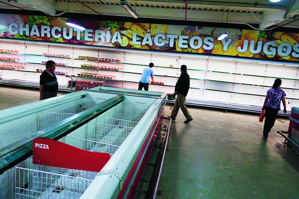Tomt i diskar och på hyllor och köer till basvaror på en stormarknad i Caracas, Venezuela, 9/1 2015. Foto: Jorge Silva / Reuters / TT